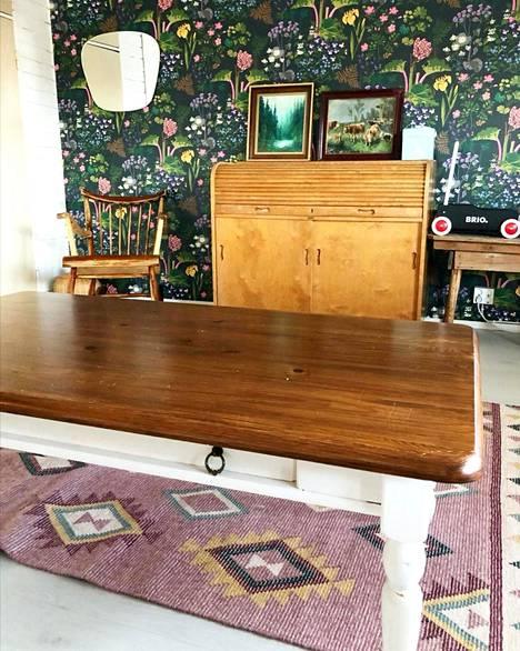 Pärnäset ovat suosineet remontissa vanhoja esineitä. Osa huonekaluista on ollut talossa jo ennen nuoren parin muuttoa.