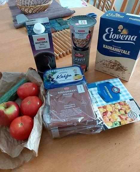 Tällaisia ruokia Vantaan etäkoululaisille jaettavasta ruokakassista löytyi tällä viikolla.