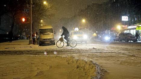 Tämä kuva tulee New Yorkin Manhattanilta, jonne odotetaan satavan vielä reilusti lisää lunta.