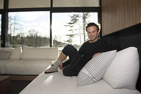 Lauri Ylönen Sipooseen suunnittelemansa luksustalon olohuoneessa helmikuussa.