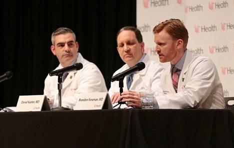 Warmbieriä hoitaneet lääkärit kertoivat tiedotustilaisuudessa Warmbierin tilasta ennen tämän kuolemaa. Daniel Kanter keskellä.