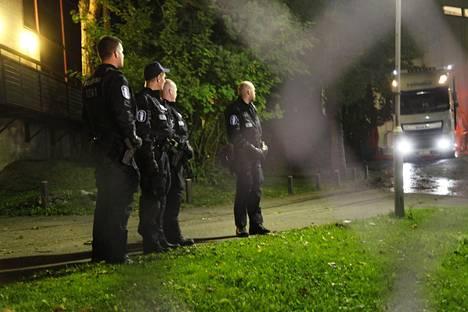 Kuljetusta turvasi useita poliiseja.