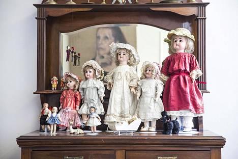 Olohuoneen vanhan lipaston päällä on osa Airan vanhojen nukkejen kokoelmaa.