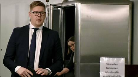 Pääministeri vaihtuu, mutta viiden puolueen demarijohtoinen hallitus on jatkamassa. Sdp:n eduskuntaryhmän puheenjohtaja Antti Lindtman kertoi, että hallitustunnustelijasta päätetään torstaina. Sdp:n pääministeriehdokas on tiedossa aikaisintaan sunnuntaina. Lindtmanin mukaan on järkevää, että hallitustunnustelija on joku muu kuin hän tai Sanna Marin.