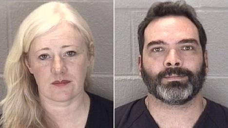 Kristine ja Michael Barnett viranomaisten julkaisemissa kuvissa.