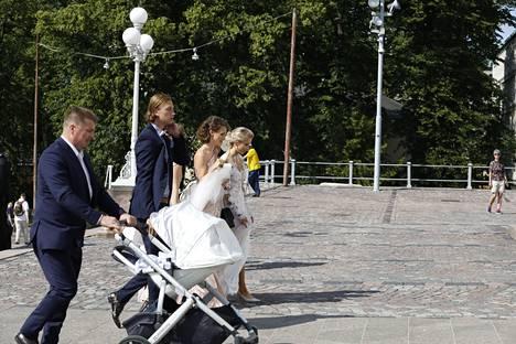 Emmi Kainulainen ja Mikael Granlund vihittiin Helsingin tuomiokirkossa. Tuore aviopari poistui kirkosta vähin äänin.