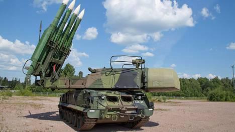 Venäläisen Buk-M1-järjestelmän ulottuvuus riitti kevyesti yli kymmenen kilometrin korkeuksiin. Järjestelmä on jo poistunut käytöstä Suomessa.
