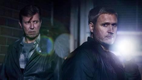Rikospoliisi Korhonen (Martti Suosalo) ja Viktor Kärppä (Samuli Edelmann) pitävät yhtä.