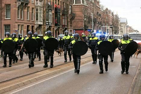 Poliisit hajottivat mielenosoituksen, joka rikkoi julkisten kokoontumisten kieltoa.