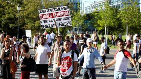 Mielenosoittajia koronatoimien vastaisessa protestissa Berliinissä elokuun alussa.