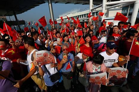 Kiinan keskushallintoa tukevia mielenosoittajia oli aamulla kerääntynyt Harbour Cityn ostoskeskusalueelle.