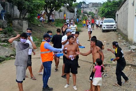 Guayaquilissä, Ecuadorissa, jaettiin köyhille asukkaille ilmaiseksi kasvomaskeja koronaviruksen leviämisen ehkäisemiseksi.