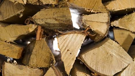 Näin suojaat polttopuut oikein – pressun kanssa voi tehdä ratkaisevan virheen
