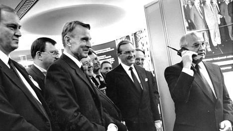 Mihail Gorbatshov (oik.) soitti Suomesta kännykällä Moskovaan. Vuonna 1989 se oli ihan uutta.