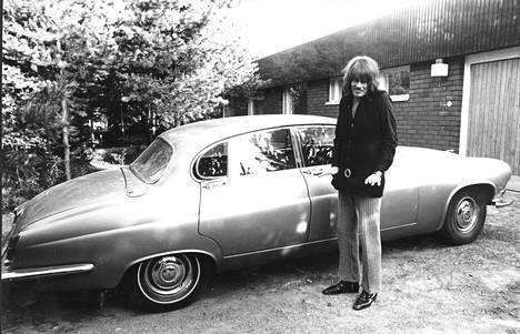 Kun Camaro meni myyntiin, Irwin hankki tilalle Jaguarin. Se ei ollut enää velkaantuneen miehen nimissä.