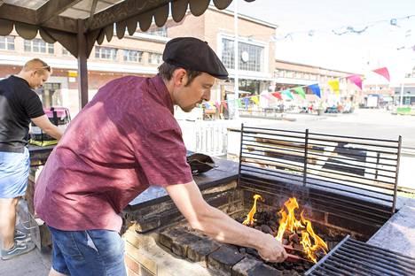 Helsingin Kalasatamassa sijaitsevan Teurastamon sisäpihalla on grilli, jota kaikki voivat käyttää veloituksetta. Panttia vastaan saa tarvikkeita ja pihalla on piknik-pöytiä, jossa itse grillattuja herkkuja voi maistella.