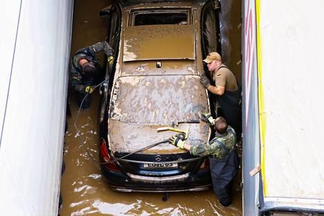 Moottoritielle jäi tulvan vuoksi jumiin lukuisia autoja.