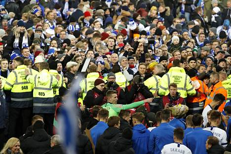Lopulta järjestyksenvalvojat erottivat fanit pelaajista.