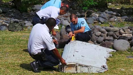 Viranomaiset tutkivat kesällä Reunionin saarelta löytynyttä koneen osaa.