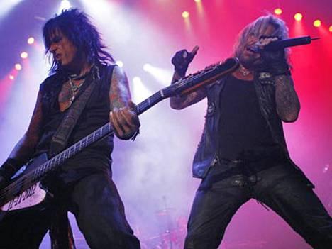 Mötley Crüen basisti Nikki Sixx (vas.) pahoitteli eilen epäsuorasti bänditoverinsa Vince Neilin vuosien takaista tekoa, joka saattoi katkaista Hanoi Rocksin nousun maailmanmaineeseen.