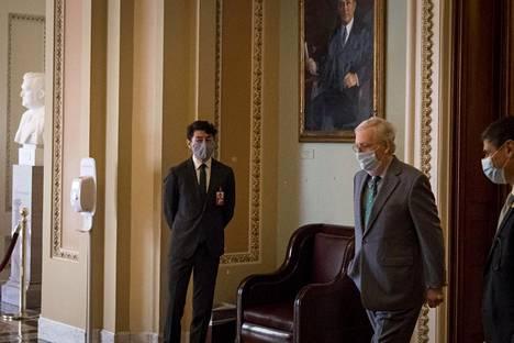 Presidenttinä Bidenilla olisi yhä vastassaan kongressin republikaanit, joiden hyväksyntää hän tarvitsisi monille hankkeilleen. Senaatin nykyinen enemmistöjohtaja Mitch McConnell käveli toimistoonsa senaatin äänestyksen jälkeen viime viikolla.