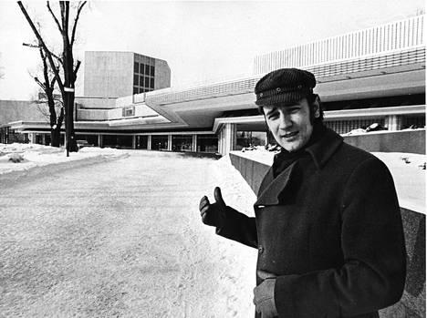 Laiho Helsingin Kaupunginteatterin edessä vuonna 1971.