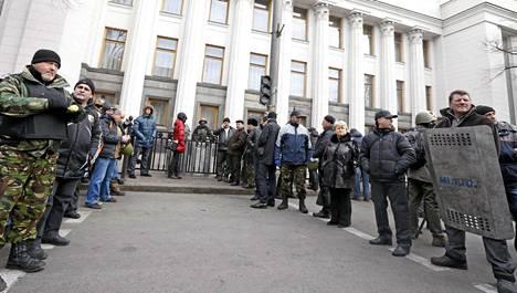 Opposition mielenosoittajat asettuivat parlamenttitalon edustalle lauantaina Kiovassa.