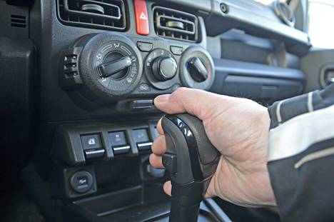 Jimnyn hinnat alkavat manuaalivaihteisen – pykäliä on vain viisi – 27 390 eurosta ja päättyvät paremmin varustellun automaattivaihteisen mallin 33 990 euroon. Sekä manuaalivaihteisen että automaatin saa GL- ja GLX+LED-varustelulla.