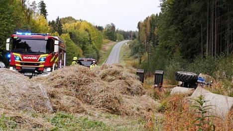 Kantatie 52 oli onnettomuuden vuoksi jonkin aikaa kokonaan poikki, sillä traktorin kuljettaman pyöröpaalikuorman paalit ovat levinneet ympäri tietä.