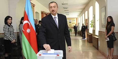 Azerbaidzhanin presidentti Ilham Alijev lujitti valta-asemaansa sunnuntain parlamenttivaaleissa, joita maan oppositio väitti jo ennalta vilpillisiksi.