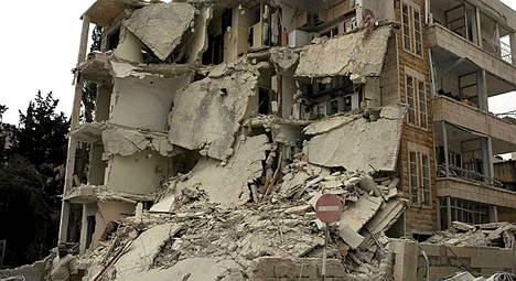 Syyrian turvallisuusjoukkojen rakennus tuhoutui pahoin pommi-iskussa maanantaina.