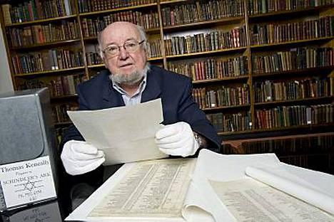 Kirjastovirkailija Olwen Pryke löysi Schindlerin listan kirjailija Thomas Keneallyn arkistolaatikosta Australiassa.