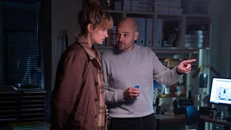 Kastanjamiehessä nähdään tanskalaissarjoista tuttuja näyttelijöitä, kuten David Dencik (oik).
