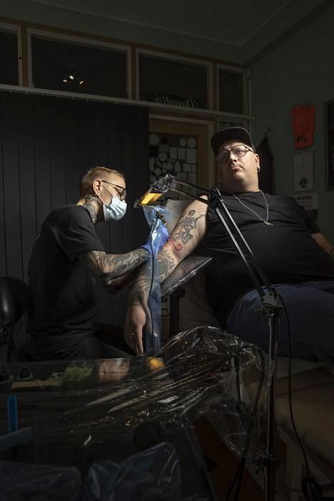 Haastattelun jälkeen Wiskari suuntasi tatuoitavaksi Paradise tattoo -liikkeeseen.