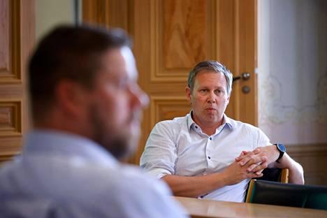 Porin kaupungin liikunta- ja nuorisoyksikön päällikkö Petteri Lahti seurasi Matti Mattssonin mitaliuintia suorana lähetyksenä Porin kaupungintalolla. Arkistokuva.