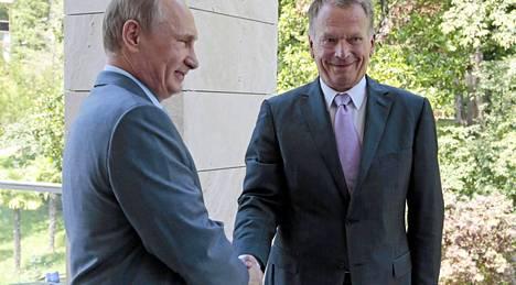Putin ja Niinistö kättelivät kuvaajien edessä Sotshissa perjantaina.