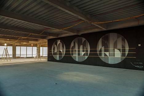 Word Trade Center –rakennuskompleksin nelostornin 69. kerroksesta löytyy Tony Sjömanin maalaus.