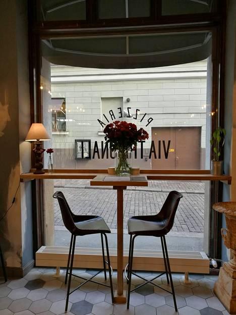 Jos pöydissä ei ole tilaa, asiakkaat odottavat paikan vapautumista baarin puolella.