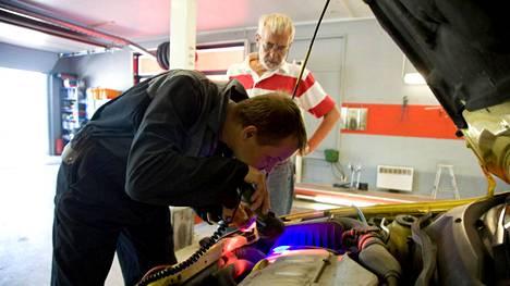 UV-lampulla ilmastointilaitteen putkistosta paljastuvat mahdolliset vuodot.