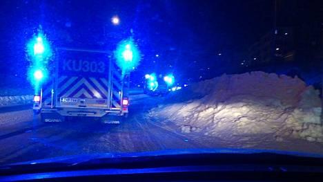 Liikenne ruuhkautui pahasti kolarin takia Vantaan Leinelässä pakkasaamuna.