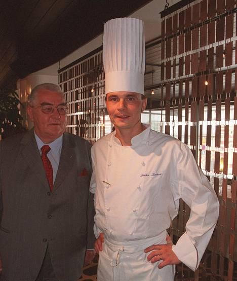 Edesmennyt pääkonsuli ja gastronomi Heikki Tavela (vas.) ja keittiömestari Pekka Terävä Palacessa vuonna 2001 kuvatussa kuvassa.