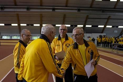 Altti Nurminen ja Tuure Tamminen saavat syntymäpäiväonnittelut Markku Sariolalta.