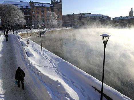 Ihmisiä talvisessa Tukholmassa. Kuva helmikuulta 2010.
