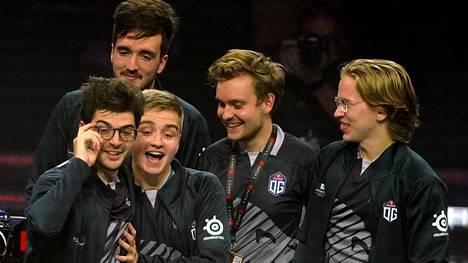 Topias Taavitsainen (oikea reuna) ja Jesse Vainikka (vieressä) juhlivat sunnuntaina toistamiseeen Dotan maailmanmestaruutta.