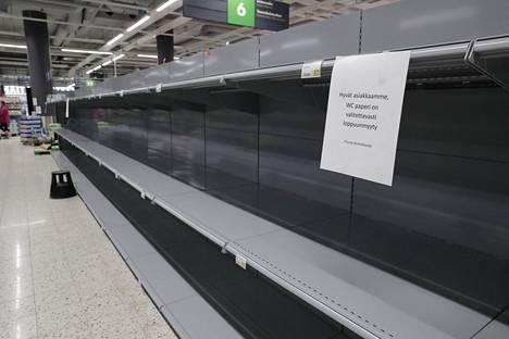 Helsingin Triplan Prismassa vessapaperihyllyt kumisivat tyhjyyttään.