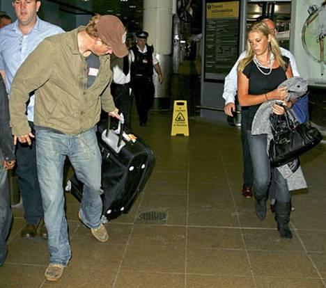 Chelsy Davy (oik.) ei ollut tyytyväinen, kun poikaystävä prinssi Harry myöhästyi vastaanottamaan häntä lentokentälle. Harry saikin vetää pakaasit ulos.