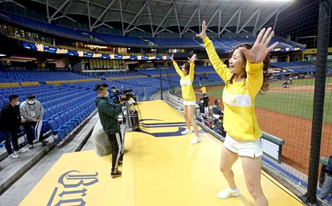 Cheerleaderit vauhdissa CPBL-liigan ottelussa.