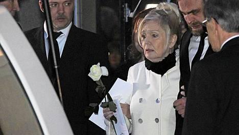 Pia Viheriävaara heitti valkoisen ruusun miehensä arkulle.