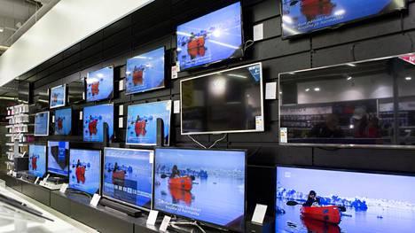 Televisioita myynnissä helsinkiläisessä liikkeessä.