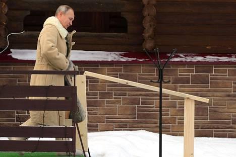 Vladimir Putin astelemassa kohti avantoa.